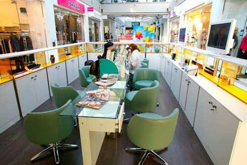 Маникюрный стол можно купить от тысяч до тысяч рублей все зависит от запросов и возможностей