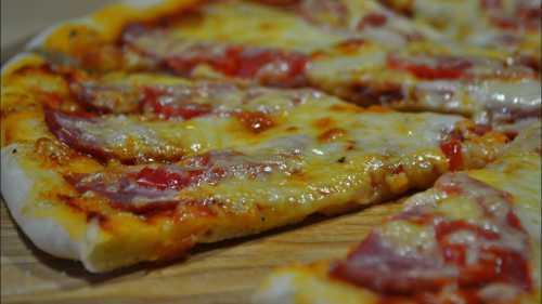 Томатной пасты в приготовлении соуса для пиццы на родине этого блюда нет