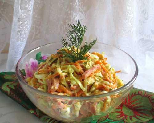 Салат со свежей капустой и колбасой