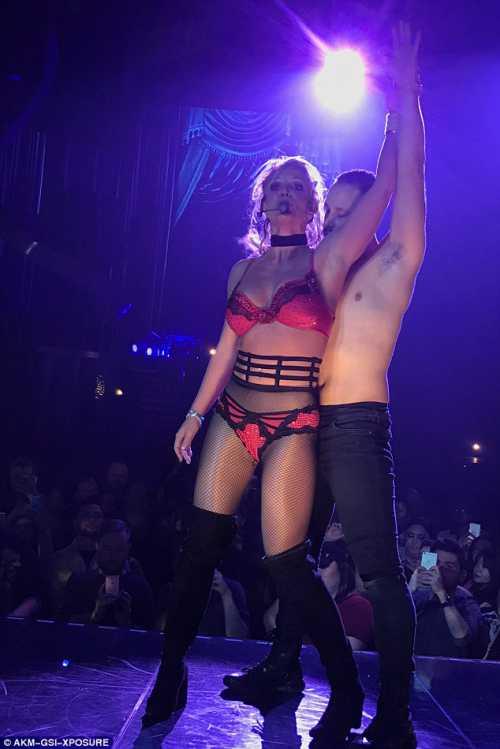 Бритни Спирс показала стриптиз