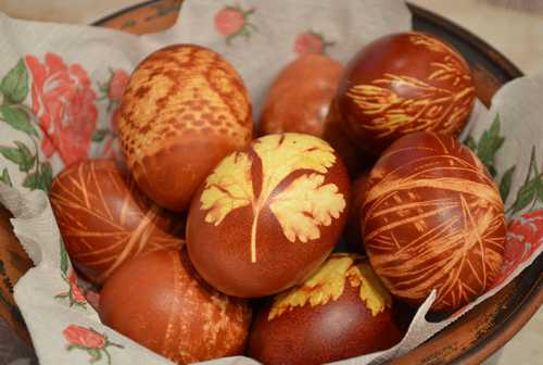 Листочек не должен быть крупным, иначе его трудно будет равномерно прижать к яйцу, и потом получится размытый узор