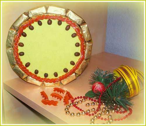 Поделка Новогодние часы своими руками из картона, бумаги и конфет