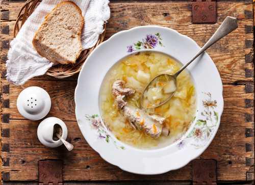 Щи из квашеной капусты: рецепт со свиными ребрышками