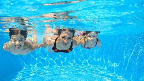 При этом здесь есть один нюанс чем большей мускульной массой вы обладаете, тем активнее организм сжигает энергию в процессе плавания