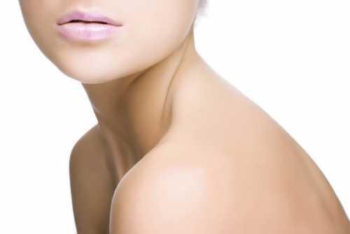 Чтобы не возникало дальнейших проблем с возрастными изменениями на коже шеи и декольте, необходимо также придерживаться основных рекомендаций по профилактике