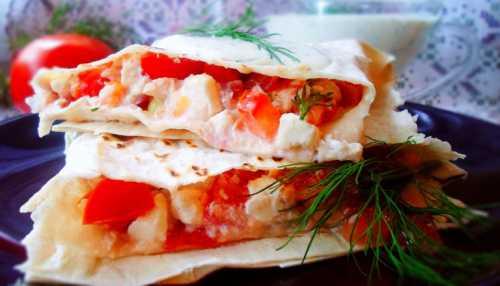 Лаваш с курицей, помидорами и сыром